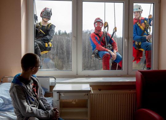 어린이 병원 창문에 나타난 `슈퍼 히어로`